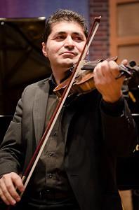 MesoPot-AA-playing-violin